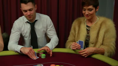 women-play-poker-differently
